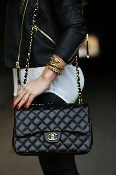 My next handbag splurge will be a Chanel. I have loved this style Chanel bag for 25 years! Look Fashion, Fashion Bags, Womens Fashion, Fashion Handbags, Chanel Fashion, Net Fashion, Street Fashion, Fashion Events, Fashion Shirts