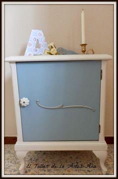 Mesita de noche pintada blanco roto y azul grisáceo. El Taller de la Artes Ana: Mesita de noche azul
