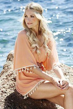 Mooie jurk van Labee met V-hals en leuke kwastjes aan de onderkant en mouwen.