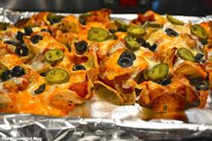 nachoes - Recherche Google Vegetable Pizza, Menu, Chicken, Vegetables, Google, Food, Tomatoes, Menu Board Design, Meal