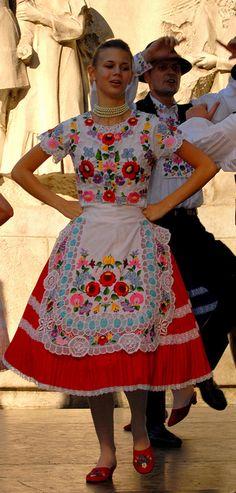 Kalocsai népviseletek Vintage Jewelry Crafts, Hungarian Embroidery, Folk Dance, Chain Stitch, Flower Patterns, Embroidery Patterns, Costumes, Summer Dresses, Womens Fashion