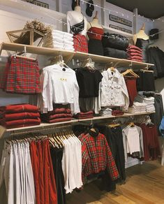 Clothing Boutique Interior, Boutique Decor, Clothing Store Displays, Clothing Store Design, Aesthetic Fashion, Aesthetic Clothes, Brandy Melville Outfits, Brandy Melville Stores, Morgan Clothes