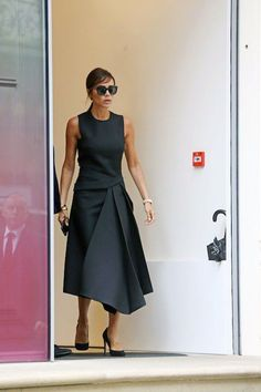 Victoria Beckham shows off new bangs and introduces new puppy, Olive Fashion Mode, Fashion Week, Look Fashion, Unique Fashion, Womens Fashion, Fashion Design, Victoria Beckham Outfits, Victoria Beckham Style, Street Chic