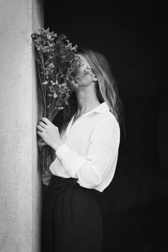 Riccardo Melosu | black and white photographs | bouquets | girl model | outdoor | mood