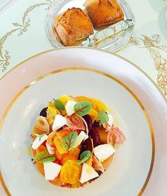 Salada de beterraba quinoua e queijo de cabra com direito a macarrons de sobremesa Paradinha em Paris e off to Milão!