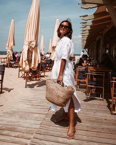 Beach Days: Wearing a white summer dress and a beach basket. Check out Designdsc Fashion Week, Trendy Fashion, Retro Fashion, Sunmer Dresses, Beach Basket, White Dress Summer, White Sundress, Inspiration Mode, Mode Outfits
