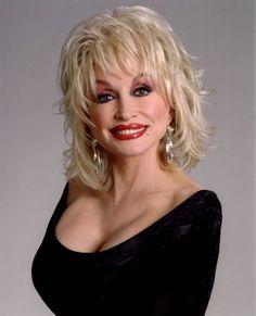 Dolly Parton - Dolly Rebecca Parton - scenarista, compozitoare, actrita, producatoare s-a născut la cunoscut(ă) pentru Unlikely Angel. Biografie Dolly Parton: Dolly Parton (pe numele ei adevarat Dolly Rebecca Parton) s-a nascut in Dolly Parton Plastic Surgery, Dolly Parton Wigs, Medium Hair Styles, Curly Hair Styles, Dolly Parton Pictures, Musica Country, Color Rubio, Corte Y Color, Up Girl