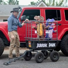 I may have to go find some small children and do these costumes& The post Jurassic Park Family Costumes! & Kinder Kostüme appeared first on Halloween costumes . Halloween Mono, Family Halloween Costumes, Holidays Halloween, Halloween Kids, Halloween Decorations, Halloween Party, Kid Costumes, Halloween Costume Ideas For Couples, Stroller Halloween Costumes