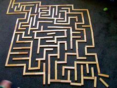 """Maak een labyrint met b.v. kapla Leg aan het uiteinde een schatkistje met een """"schat"""" erin. Zet aan de start een piratenpoppetje. Laat een klasgenootje met het piraatje het labyrint lopen om de weg naar de schat te vinden. Om het spannender te maken kun je de tijd opnemen en er dus een wedstrijdelement inbouwen."""