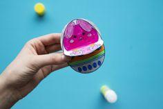 Ce bricolage de Pâques est très facile à réaliser et vos enfants vont adorer faire tourner les éléments pour découvrir les différents personnages et les œufs. Prêt à en faire un toi-même ? C'est parti ! Pour Diy, Glue Sticks, Real Simple, Characters, Children, Bricolage, Do It Yourself, Homemade, Diys