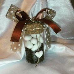 Vasetto in vetro con chicchi di caffè e confetti al cappuccino