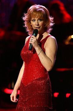 Reba McEntire Photos Photos - Singer Reba McEntire performs during the Country Music Television's CMT Giants honoring Reba McEntire at the Kodak Theatre on October 2006 in Hollywood, California. - CMT Giants Honoring Reba McEntire - Show Best Country Singers, Country Music Artists, Country Music Stars, Country Music Television, Sexy Ebony Girls, Reba Mcentire, Dolly Parton, Female Singers, Celebs