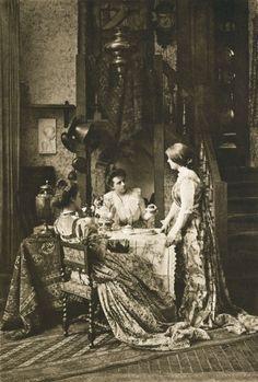 Die Kunst in der Photographie : 1901 Photographer: G. Oury Title: Theestunde