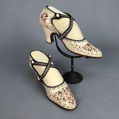 LOT 599 HAND-PAINTED PUMPS with CROSSED STRAPS, 1920s Винтажная Обувь, Обувь  20х 09132fbaffc