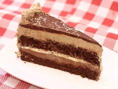 Jedna veoma jaka, čisto čokoladna torta. Meni su uši utrnule! Korice su ekstra mekane, lako se prave, bez miksera, kao i filovi. Sve ide brzo. Ako hoćete da iznenadite nekoga ko jako voli čokoladu sa ovom tortom nećete pogrešiti.    Sastojci za 2 kore:   2 jaja  250 ml jogurta  250 gr bra