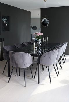 15 Decor Pictures That Show You Can Never Go Wrong With More Black. Black is all about attitude, being bold, taking risks, and not caring about what people think (as long as you make it look cool). Black decor ideas to give your house that dark goth vibe Luxury Dining Room, Dining Room Design, Dining Room Inspiration, Black Decor, Luxury Furniture, Dining Furniture, Rustic Furniture, Antique Furniture, Room Interior