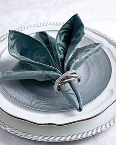 Napkin Folding Technique The humble, often overlooked napkin gets a makeover with these elegant yet simple ways to create beautifully designed folds. Learn napkin folding now. Napkin Ring Folding, Napkin Rings, Folding Napkins, Cloth Napkins, Paper Napkins, Table Turquoise, Teal Table, Beautiful Table Settings, Decoration Table