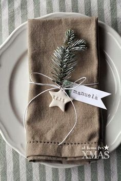 """Christmas Table Settings - """"at home for XMAS"""" tutorial segnaposto natalizio Christmas Table Settings, Christmas Tablescapes, Christmas Table Decorations, Holiday Tables, Christmas Place Setting, Christmas Place Cards, Christmas 2017, Winter Christmas, Christmas Crafts"""
