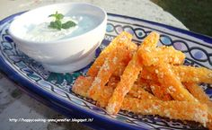 HAPPY COOKING: Sticks croccanti di carote e salsa Tzatziki Tzatziki, Carrot Sticks, Tapenade, Fett, Food Dishes, Guacamole, Buffet, Sandwiches, Vegetables
