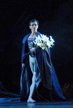 Giselle. Albrecht visits the grave. Ballet de Santiago