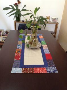 caminho de mesa com detalhe em tecidos coloridos
