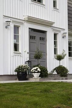 Bildresultat för utebelysning entre Window Shutters Exterior, House Paint Exterior, Exterior Doors, Exterior Design, Interior And Exterior, Scandinavian Doors, Main Door Design, Casa Real, Front Door Colors