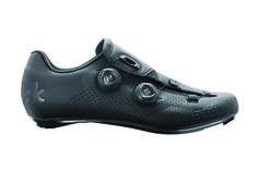 The Fizik R1B road cycling shoes are the optimum in performance cycling shoe design with a full unidirectional carbon (UD) vented sole.