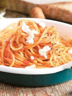 Green & Blu - PASTA WITH FRESH TOMATO & GARLIC SAUCE (from SANTORINI) Spaetzle Recipe, Garlic Sauce, Sweet And Salty, Gnocchi, Spaghetti, Pasta, Fresh, Ethnic Recipes, Burritos