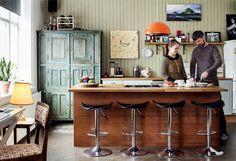 Keittiössä on kotoisia puupintoja sekä saareke, jossa on kaasuliesi. Vihreä astiakaappi on hankittu antiikkiliikkeestä ja punainen kattolamppu Huuto.netistä. Banaanitaulu on lahja Sadun ystävältä Iris Edda Lappalaiselta. Ylempänä seinällä on Björgvinin ottama kuva Islannin sisämaasta.