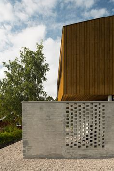 Vardåsen House is topped with an angular timber box