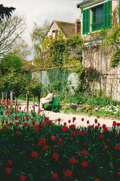 http://mikescorner.hubpages.com/hub/Monets-Garden-at-Giverny-Top-Paris-Destinations-water-lilies-poppies