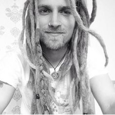 This white-dude-with-dreads also resembles Hunter's (very good-looking) facial features. (All the Prindles are very good-looking, which is part of why they've gotten away with their shenanigans for so long.) No beard, tho, & this guy's too peace-love-and-granola for Hunter (and not nearly angry and snarling enough).