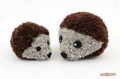 Erizos hechos con pompones de lana
