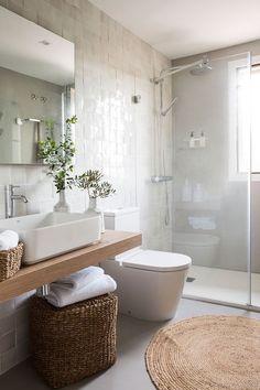 Reforma e interiorismo de una casa de 150 metros en Mallorca Bathroom Wall Decor, Bathroom Colors, Master Bathroom, Colorful Bathroom, Dyi Bathroom, Bathroom Designs, Pula, Appartement Design, Bathroom Renovations
