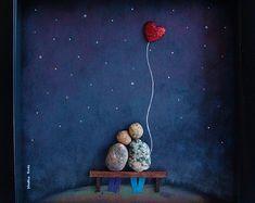 Único regalo de boda, boda regalo guijarro arte, regalo de día de San Valentín, regalo de compromiso único, único regalo de boda, regalo de pareja personalizada, novia y novio, regalo de boda, regalo, regalos de amor, guijarro arte de pareja para celebrar y apreciar la ocasión especial; un regalo excepcional que será atesorado por años.  ✿ Arte Original del canto con un sentido de romance, misterio y magia. ✿ Viene en marco de estilo de la caja negra de la sombra de 8 x 8 pulgadas, alrededor…