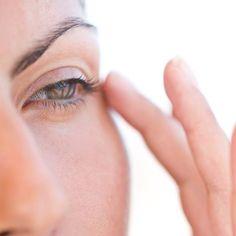 Wir kennen es alle: Ab und an beginnt unser Augenlid aus unerfindlichen Gründen zu zucken. Diese (harmlosen) Gründe können hinter dem Geflatter stecken.