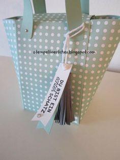 Gestern hatte ich ja ein kleines Geschenke-Set mit Tasche gezeigt, heute kommt die versprochene Anleitung dazu. Du benötigst ein Stüc...