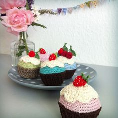 Birthday CUPCAKES – a free lalylala crochet pattern Welcome to BINAs and RADAs birthday celebration! Here's your party-hat! Please serve yourself a drink, shake your hips to the music … and feel free to try some of these delicious ho… Cupcake Crochet, Crochet Pincushion, Crochet Food, Crochet Kitchen, Crochet Patterns Amigurumi, Love Crochet, Crochet Gifts, Crochet Dolls, Knit Crochet