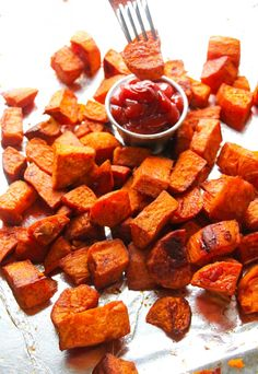 Pass on the french fries and whip up a batch of these perfectly roasted sweet potatoes. We all know that sweet potatoes are at the top of everyone's healthiest food list. This glam flavor combo will give you a real guilt-free crowd pleaser! Sweet Potato Recipes Healthy, Roasted Potato Recipes, Healthy Vegan Snacks, Healthy Eating, Healthy Recipes, Diet Recipes, Clean Eating, Sweet Potato Seasoning, Sweet Potato Oven