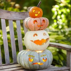 Pumpkin towers are the perfect Halloween pumpkin decoration. Stack pumpkins and gourds to spell words for a cute Halloween decoration trick-or-treaters will love, or decorate your pumpkin decor to match your own style. Deco Porte Halloween, Fete Halloween, Holidays Halloween, Halloween Crafts, Halloween Decorations, Halloween 2017, Happy Halloween, Halloween Tips, Halloween Designs