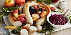 stekt julepølse med rødkålkompott, svisker og epler Hot Dogs, Camembert Cheese, Food And Drink, Dairy, Ethnic Recipes, Clean Eating Meals, Ribe