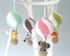Nursery mobile, crochet animals in hot air balloons, baby shower gift Diy Balloon, Diy Hot Air Balloons, Balloon Decorations, Balloon Ideas, Mobiles En Crochet, Crochet Mobile, Craft Kits, Diy Kits, Wood Hanger