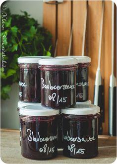 Zutaten  1 kg Blaubeeren 500 Zucker  Schale und Saft einer Bio-Zitrone 1 1/2 EL Maisstärke