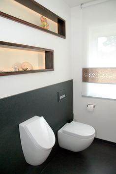 Das Gäste-WC mit WC und Urinal wird beiden Geschlechtern gleichermaßen gerecht