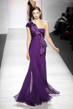 Pamella Roland at New York Fashion Week Fall 2010 - Runway Photos Purple Fashion, Look Fashion, Womens Fashion, Female Fashion, Fashion Tips, Vestidos Fashion, Fashion Dresses, Beautiful Gowns, Beautiful Outfits