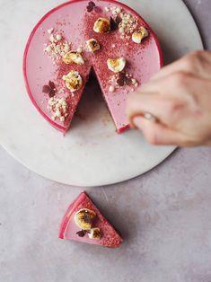 Mandel og kirsebærlagkage med marcipanbånd: en perfekt julefrokostkage