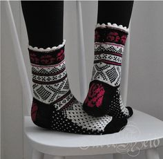 Dance with Roses pattern by Tiina Kaarela Crochet Socks, Knitted Slippers, Slipper Socks, Knitting Socks, Crochet Yarn, Hand Knitting, Knitting Patterns, Knit Shoes, Sock Shoes