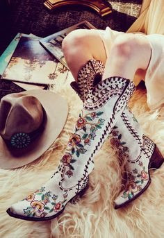 double d ranch almost famous crackled white embroidered floral tall 17 Danse Country, Mode Country, Estilo Country, Country Girls, Mode Shoes, Women's Shoes, Shoe Boots, Ankle Boots, Western Wear