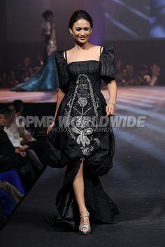 Jose Pitoy Moreno: A Tribute Gala Modern Filipiniana Dress, Filipiniana Wedding, Philippines Dress, Anime Outfits, All About Fashion, Elegant Woman, Filipino, Evening Gowns, Fashion Beauty