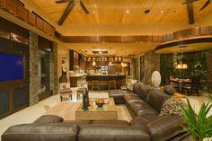 Große offene zeitgenössische Wohnfläche mit Wohnzimmer als Mittelpunkt.